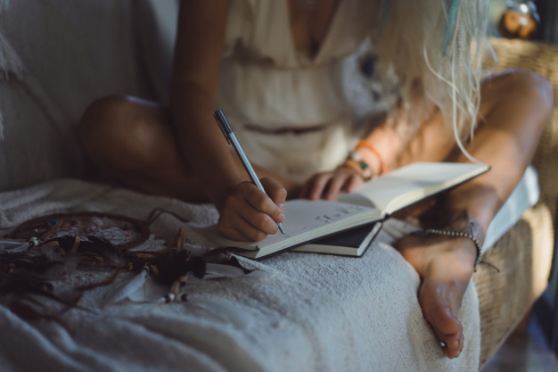 nina-feliz-pasa-tiempo-casa-interior-acogedor-escribe-dibuja-cuaderno_1321-1686
